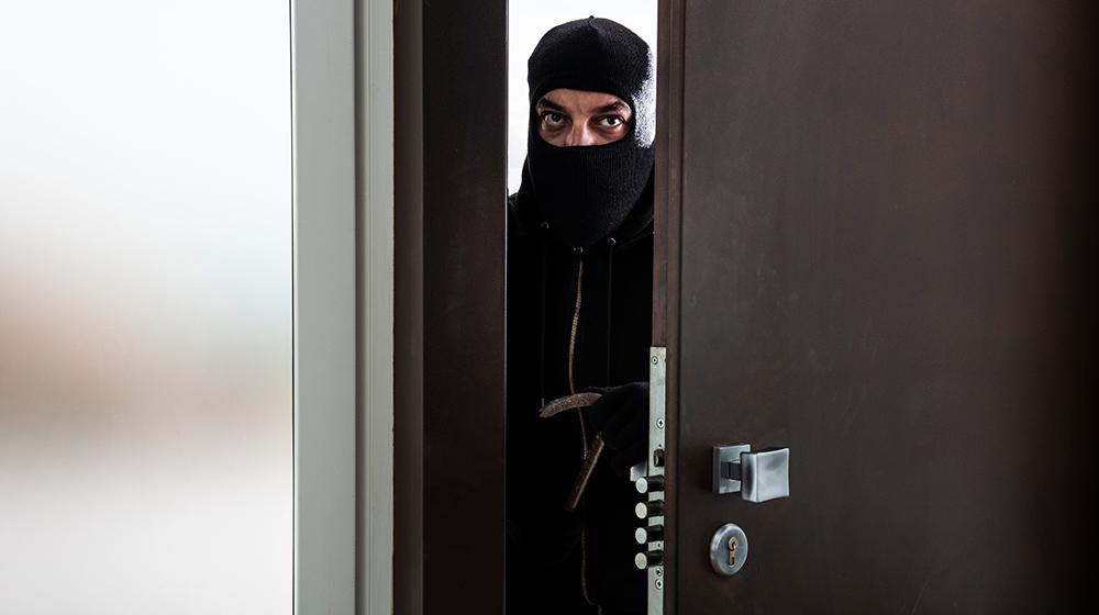 Ladro entra in casa con il metodo della chiave bulgara