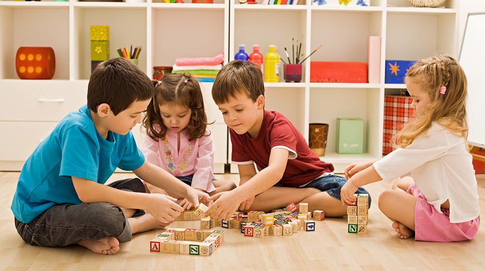 Bambini che giocano in casa
