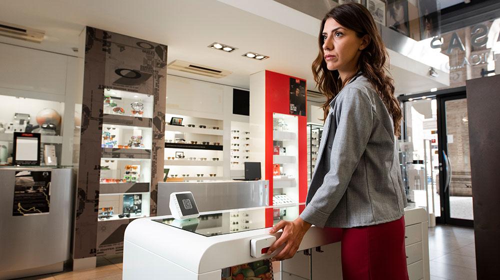 Commessa aziona pulsante SOS antirapina in negozio