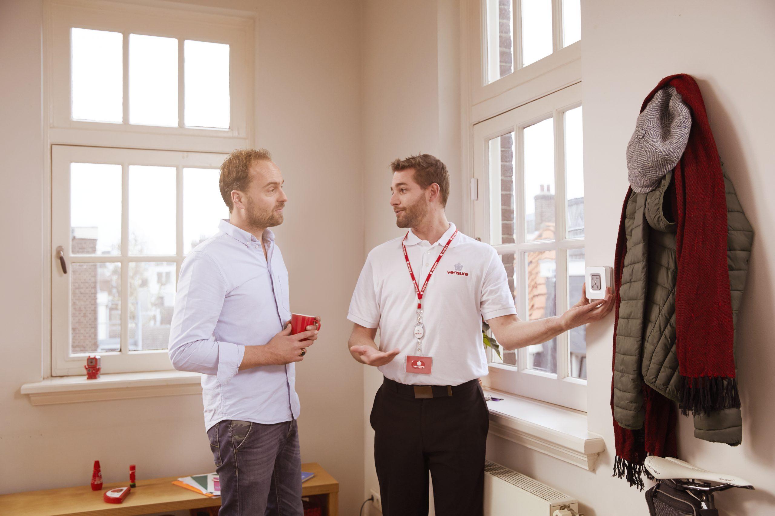 Esperto Verisure illustra le potenzialità del sistema d'allarme ai clienti