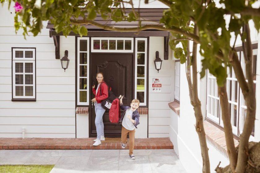 Mamma e figlio escono da una casa protetta con allarme Verisure