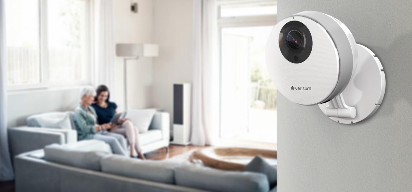 Telecamera di videosorveglianza Verisure installata nel soggiorno della casa