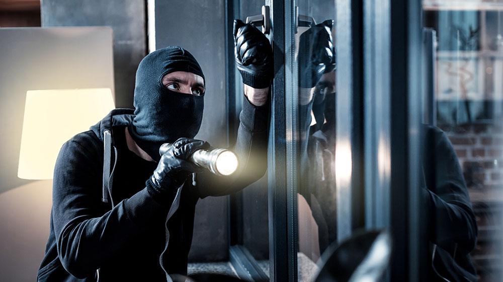 Un ladro che tenta un furto impossibile