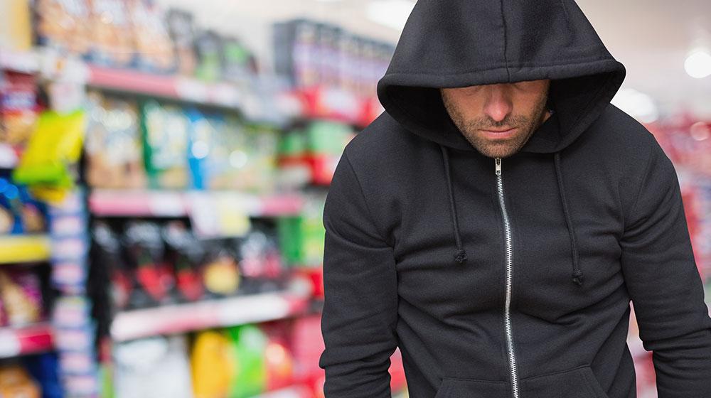 Ladro che ruba in un negozio