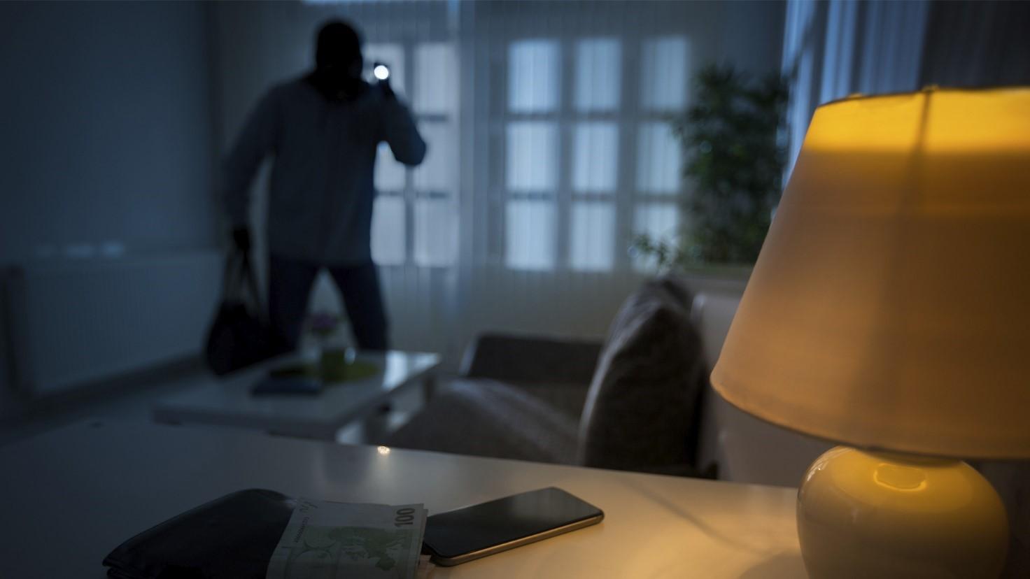 Ladro entra in un'abitazione durante la notte