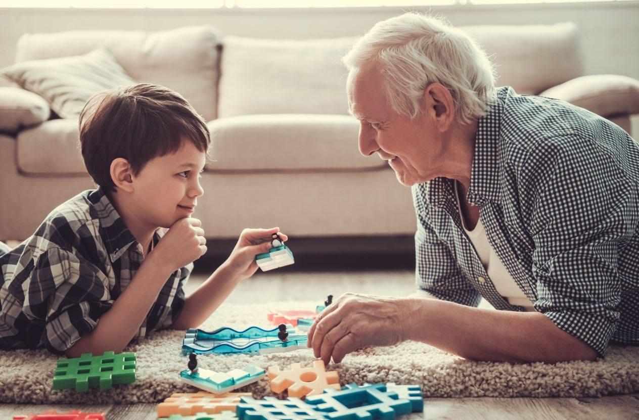 Anziano che gioca con il nipote