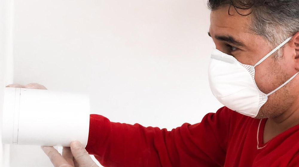 Tecnico Verisure durante la manutenzione antifurto