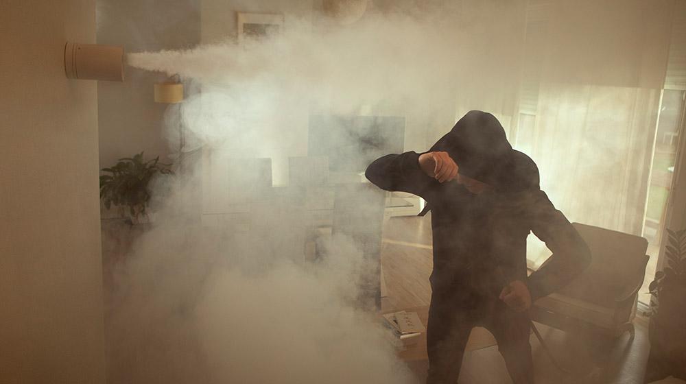 Un fumogeno ZeroVision Verisure si attiva impedendo al ladro di rubare in casa